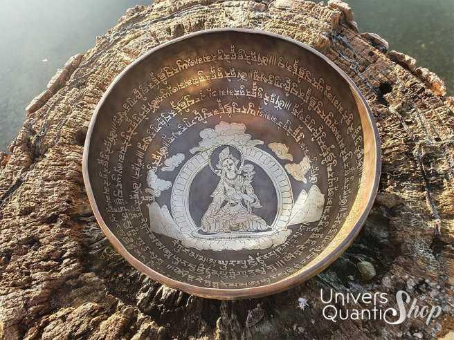 """Bol Chantant Tibétain """"Tara Blanche Gravé Main"""" aux 9 métaux – 29 cm / 2245 grs face au-dessus"""