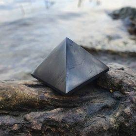 pyramide de shungite, boutique de cristaux et de minéraux en ligne