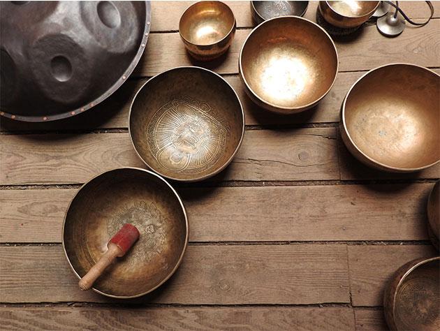ensemble de bols tibétains avec un handpan