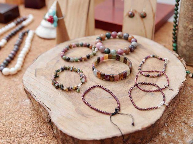 selection de bijoux et bracelets en pierres naturelles