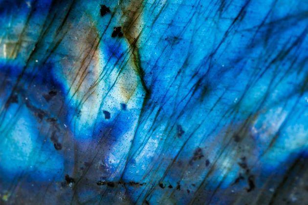 Photo macro d'une pierre de Labradorite bleue avec des reflets colorés.