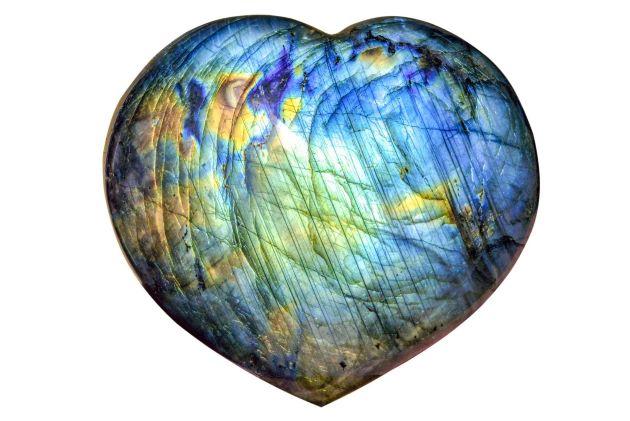 Pierre de Labradorite multicolore taillée en forme de coeur