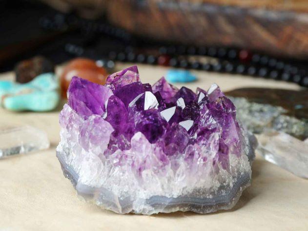 Petit amas d'améthyste aux cristaux violets intenses