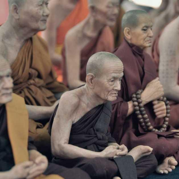 Les origines de la méditation. Groupe de moines bouddhistes priant dans un temple.