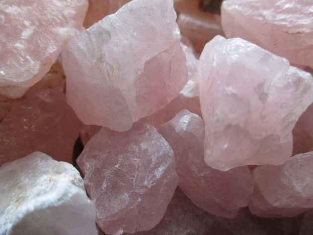 Photo zoomée de quartz roses brutes