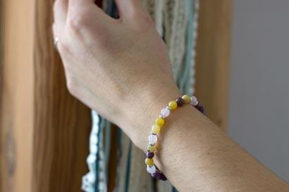 Bracelet création consciente femme reliance à l'âme porté au poignet