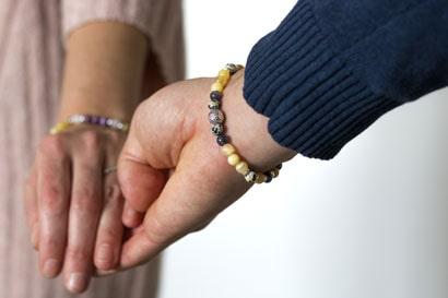 bracelet création consciente pour homme porté avec sa flamme jumelle